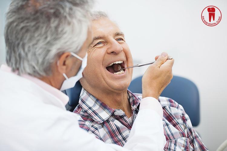 Người cao tuổi rất khó vệ sinh răng miệng nên tạo điều kiện cho răng phát triển
