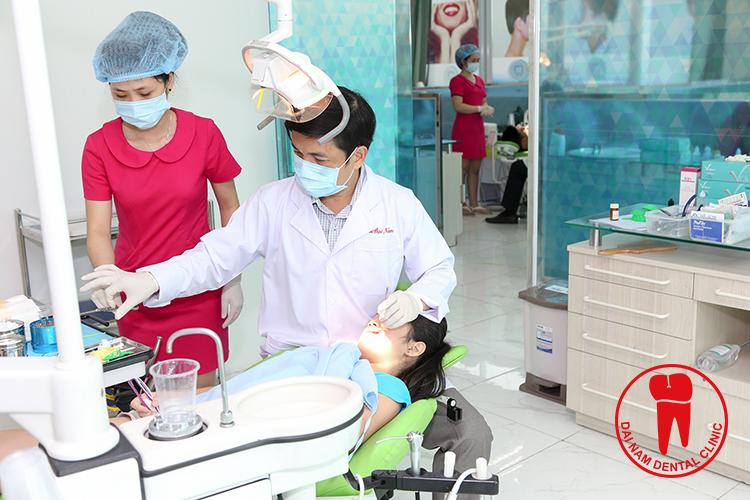 Bác sĩ đang khám răng cho trẻ tại phòng khám
